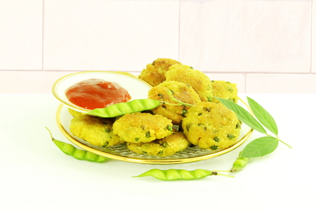 pigeon pea: tuvar bean or pigeon pea pakoda thepla vada fritter indian gujrati food snack Stock Photo