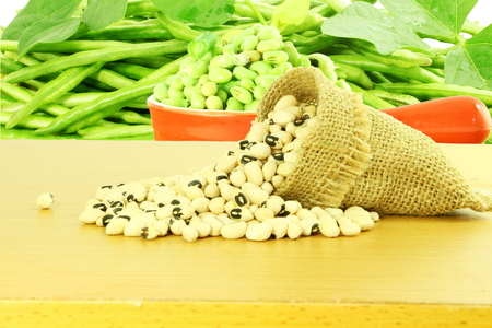cow pea: Black eye peas beans in jute bag with fresh green beans