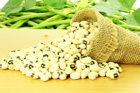 black eye: Black eye peas beans in jute bag with fresh green beans