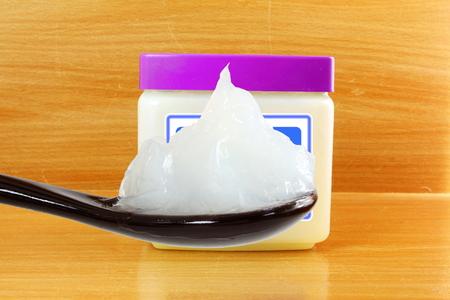 white petroleum jelly in spoon with jar Standard-Bild