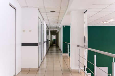 Photo of a corridor with white doors inside the building Standard-Bild