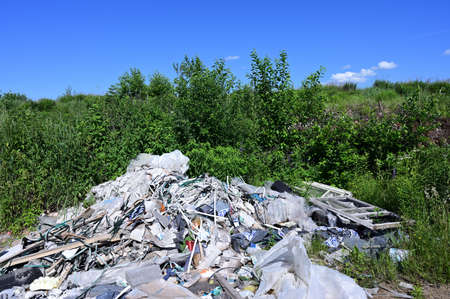 Photo of garbage in the field against the sky in sunny summer weather. Stockfoto - 150354551