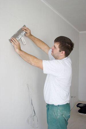 reparaturen: Der Mann Reparatur der Wohnung