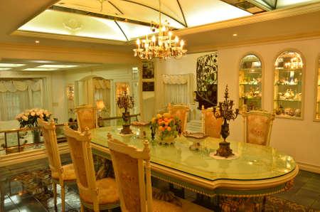 Soffitto di una sala da pranzo grande. ben arredate. Archivio Fotografico - 12011432