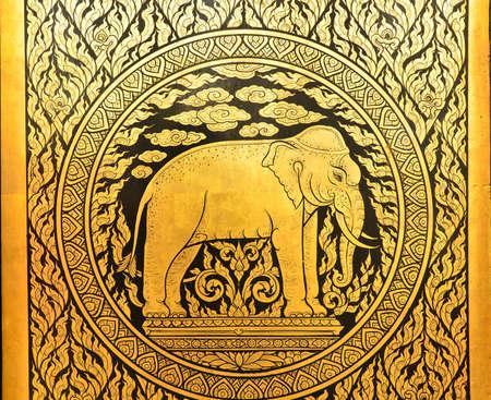 Złoty wzór na drzwiach świątyni Tajlandii