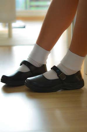 Tajskie dziewczyny nosić czarne skórzane buty za mundurek szkolny. Zdjęcie Seryjne