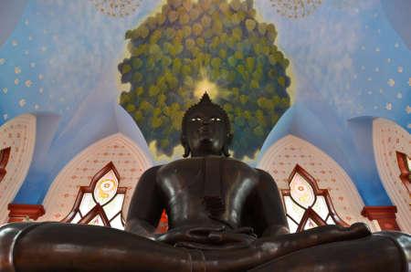 cabeza de buda: Una estatua de Buda mirando amablemente con un aura resplandeciente sobre este punto para consolar a todos los seres vivos