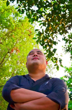 paz interior: Un chico de oficina partió la cabeza en medio de la naturaleza, libre de todo el caos en la ciudad. Parece pacífico Foto de archivo