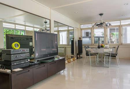 arredamento classico: Salone moderno in stile bianco.