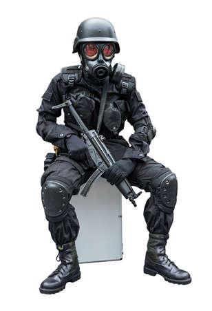 gasmasker: Speciale werking soldaat met gask masker zitten in isolatie achtergrond