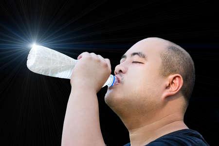 quantum: Een kaal hoofd man drinkt quantum water om zichzelf te genezen op zwarte achtergrond geïsoleerd