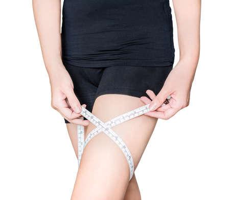 femme en sous vetements: Une femme est de mesurer sa cuisse avec un tapeline en fond blanc isol�