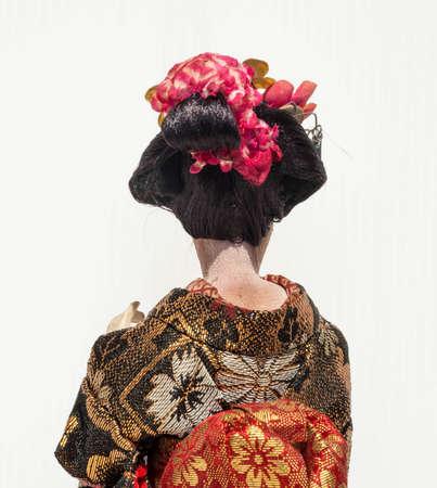 白い背景と芸者をダンスを日本の伝統的な人形の裏側
