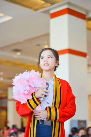 밝은 타이 대학 여자 아카데믹 가운에 앞으로 그녀의 졸업식 날을 찾고 있습니다 스톡 콘텐츠 - 30084721