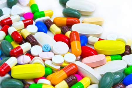 Pila de píldoras en fondo blanco aislado Foto de archivo - 33720728