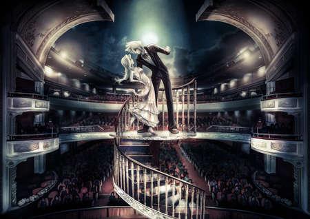 ragazza innamorata: Una coppia che fissa sta eseguendo l'amore scena spettacolo in grande teatro con atmosfera fantasia, in vecchio stile vintage Archivio Fotografico
