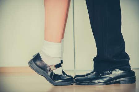 Una pareja con una edad y altura diferente se enfrenta o se besan en el color infantil