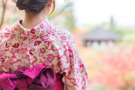 Volver de una chica bonita japonesa en un ambiente hermoso. Esta foto tiene enfoque suave.