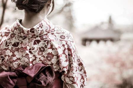 グランジ スタイルで美しい雰囲気の中で美しい日本の女の子の裏