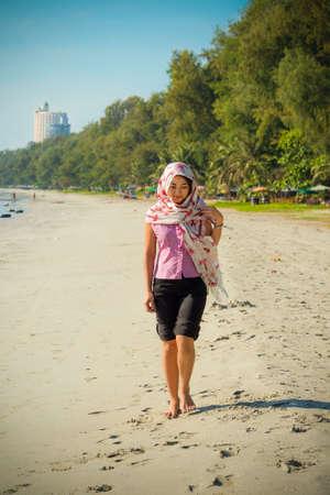 fille arabe: Asie fille thaïlandaise se promène le long de la côte de la plage de Rayong, Thaïlande