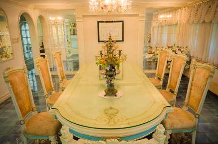 arredamento classico: Capo del tavolo nella grande sala da pranzo