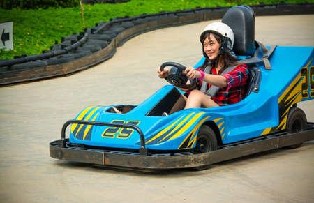 Schattig Thaise meisje is het besturen van Go-kart met speed