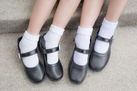 zapatos escolares: Asian Thai pies alumnas de colegiala con zapatos de cuero negro como uniforme escolar. Es la manera de la educación en la adolescencia. Foto de archivo