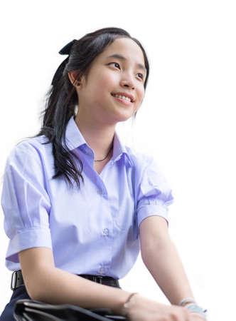 uniformes: Asia estudiante de colegiala tailandés linda en la sentada uniforme escolar y mostrando sonriente feliz expresión facial en el fondo blanco aislado
