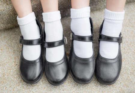 Aziatische Thaise meisjes schoolmeisje student voeten met zwarte leren schoenen als een schooluniform. Het is tiener onderwijs mode. Stockfoto