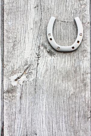 fer   � cheval: Lucky horse shoe sur un grunge peint porte de grange.