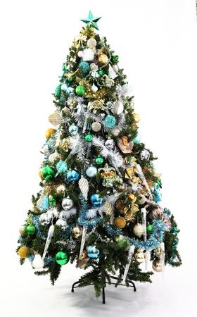 Azul, oro, verde decoratons en una serie de árboles de Navidad con temática de color que cada uno con diferentes decoraciones fotografiado en blanco con sombra suave en la base
