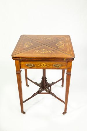 marqueteria: Incrustaciones de nogal antiguo finales del siglo XIX y sobre de mesa de juego de palo de rosa con las alas plegadas cerrada que muestra la marquetería con un solo cajón delante de un fondo blanco