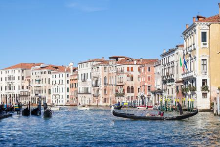 Gondel met toeristen oversteken van het Canal Grande in Cannaregio, Venetië, Italië naar de Rialto-markt Stockfoto - 92526780