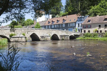 15thC Pont Roby crossing the River Creuse, Felletin, Creuse, Nouvelle-Aquitaine, France. Felletin is the centre of the 550 year old French tapestry indisutry listed as a Unesco Cultural Heritage 版權商用圖片