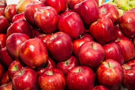 pomme rouge: Pommes rouges sur la vente au march� local de fruits