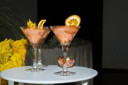 salmon ahumado: Ahumado raciones y aperitivos coctail de salmón sobre una mesa de un buffet de recepción.