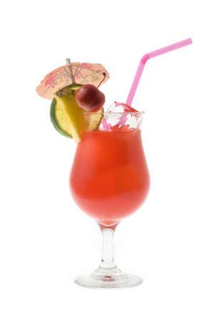 bebidas alcohÓlicas: Mai Tai cóctel con fruta y paraguas Adorne sobre fondo de whte