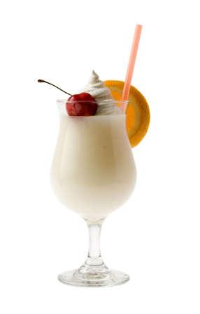 coctel de frutas: Pina Colada cóctel con fruta Adorne sobre fondo blanco