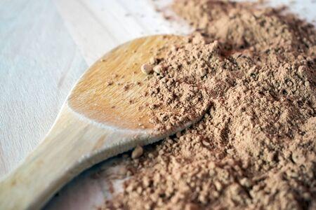 Pila de cacao en polvo aislado en el fondo de madera Foto de archivo - 87958739