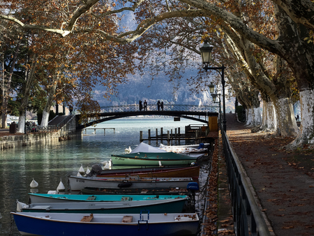 Shot of the canal full of boats which brings to the famous Pont Des Amours in Annecy, France Standard-Bild - 117735399