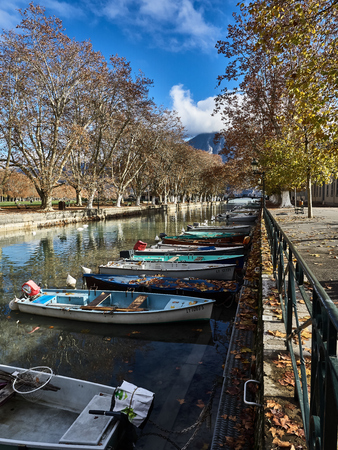 Shot of the canal full of boats which brings to the famous Pont Des Amours in Annecy, France Standard-Bild - 117735402