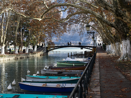 Shot of the canal full of boats which brings to the famous Pont Des Amours in Annecy, France Standard-Bild - 117735407