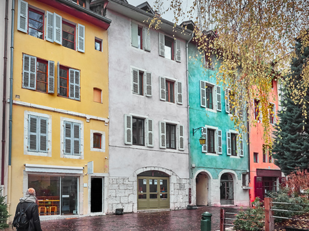 Shot of some nice colorful houses near the Cathedral in the beatuiful Annecy, France Standard-Bild - 117735410