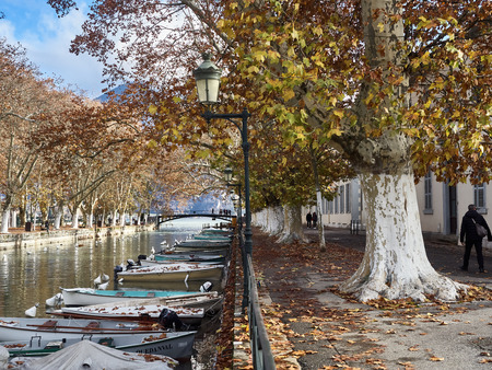 Shot of the canal full of boats which brings to the famous Pont Des Amours in Annecy, France Standard-Bild - 117735414