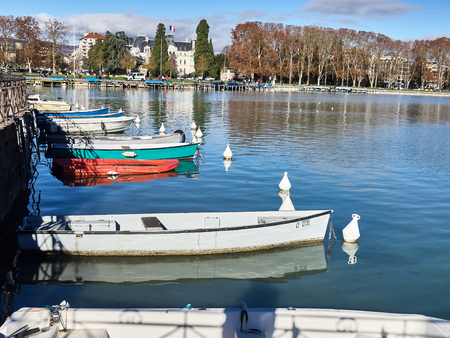 Annecy, France - December 07, 2018: Shot of the beautiful lake of Annecy full of parked boats. The shot is taken during a beautiful sunny day Standard-Bild - 117735417