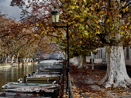 Shot of the canal full of boats which brings to the famous Pont Des Amours in Annecy, France Standard-Bild - 117735418