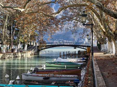 Shot of the canal full of boats which brings to the famous Pont Des Amours in Annecy, France Standard-Bild - 117735420