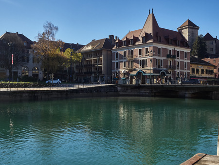 Annecy, France - December 07, 2018: View of Annecy from the Thiou river during a sunny day. Standard-Bild - 117740597