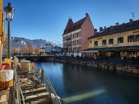 Annecy, France - December 07, 2018: View of Annecy from the Thiou river during a sunny day. Standard-Bild - 117740595