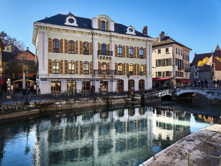 Annecy, France - December 07, 2018: View of Annecy from the Thiou river during a sunny day. Standard-Bild - 117740598